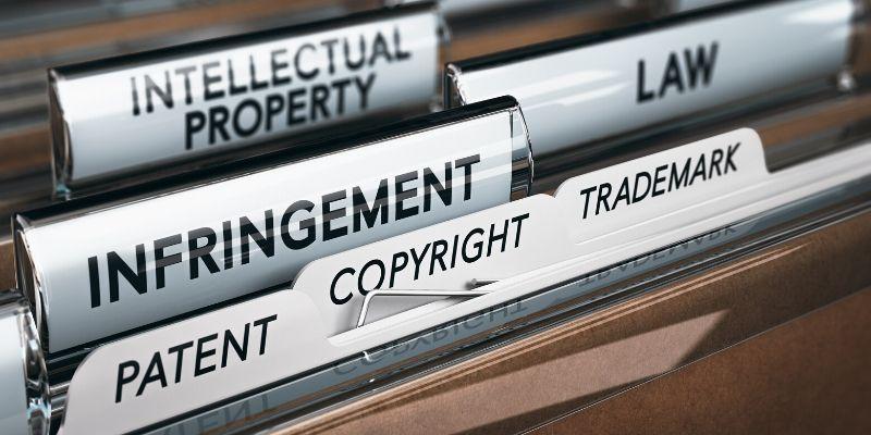 cartelle con etichette copyright marchi registrati legge proprietà intellettuale brevetti infringment