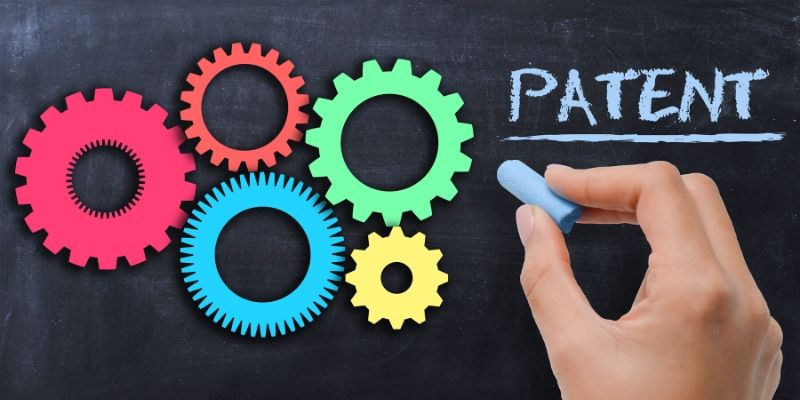 rotelle colorate su una lavagna con la scritta patent brevetto
